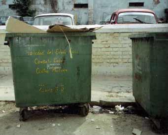 """Un român a fost pe punctul de fi """"reciclat"""", în timp ce dormea într-un tomberon"""