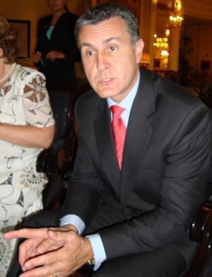 """""""Românii se simt singuri pentru că instituţiile statului nu-i apără"""""""