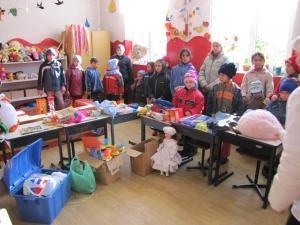 """""""Românul la nevoie se cunoaşte"""": Primele jucării au ajuns la copiii din localităţile Veseud şi Armeni"""