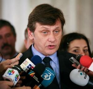"""Crin Antonescu """"fiscalizeaza"""" votul diasporei"""