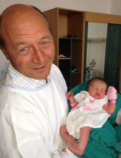 """Traian Basescu, """"un bunic fericit"""" – Elena Basescu a nascut prematur"""