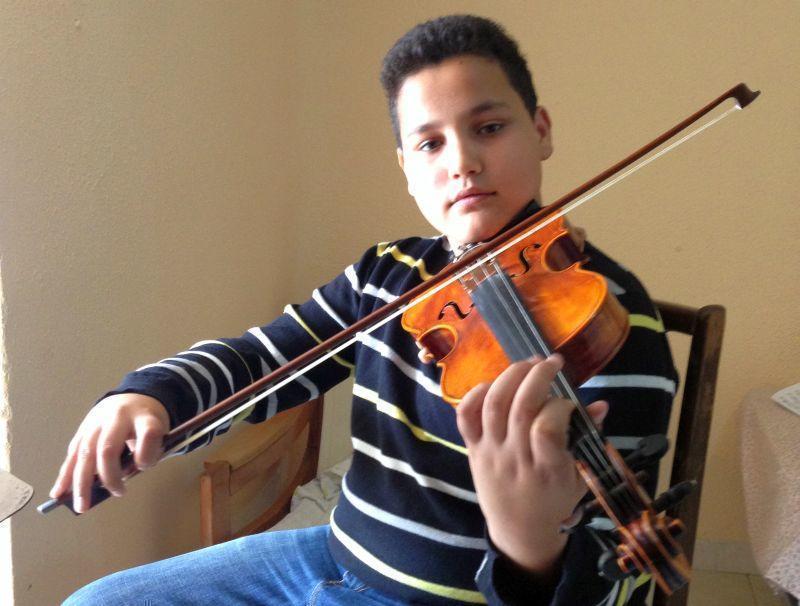 Visul unui copil român care cântă la metroul din Madrid
