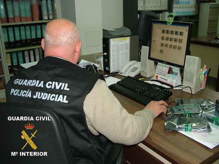 Prins că trimitea bani în România cu numele clienților săi