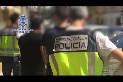 Minori români din Madrid, cu Iphone-ul în dinți