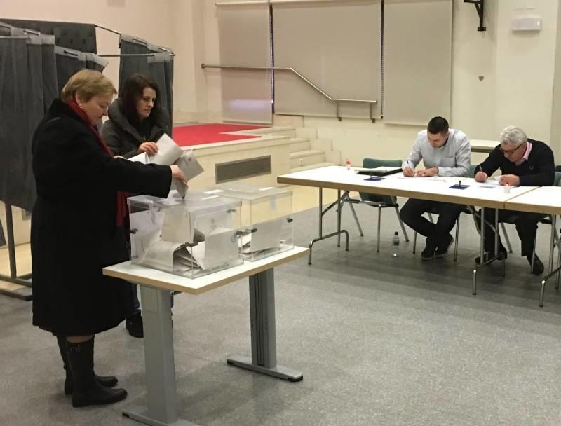 Unii alegători din Spania merg de două ori la secția de votare